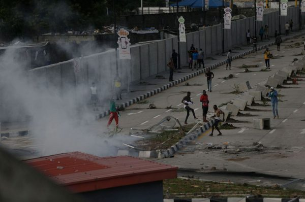 ENDSARS#: ANGRY PROTESTERS KILLED A POLICEMAN, BURN STATIONS, GOVERNMENT FACILITIES IN LAGOS.
